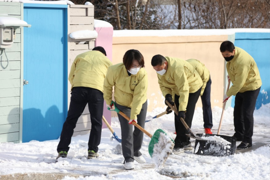 210108 서산시의회 의원들, 제설작업 '구슬땀'(사진1).JPG